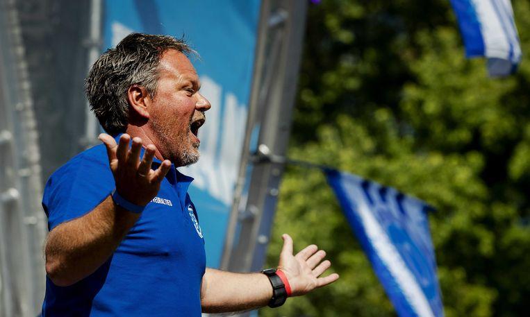 Trainer Henk de Jong tijdens de huldiging van de selectie van De Graafschap op de parkeerplaats bij stadion De Vijverberg. Beeld ANP