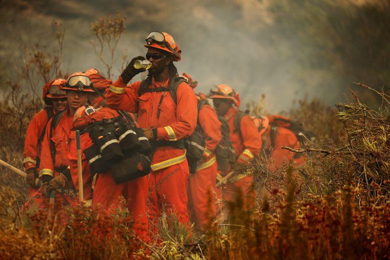 Meer dan 1.300 brandweerlieden proberen de brand onder controle te krijgen.  Beeld EPA