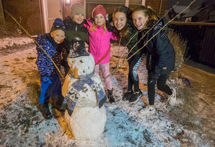 Kinderen op de Ottersumseweg in Gennep hebben al heel snel een sneeuwpop gemaakt met de vers gevallen sneeuw.