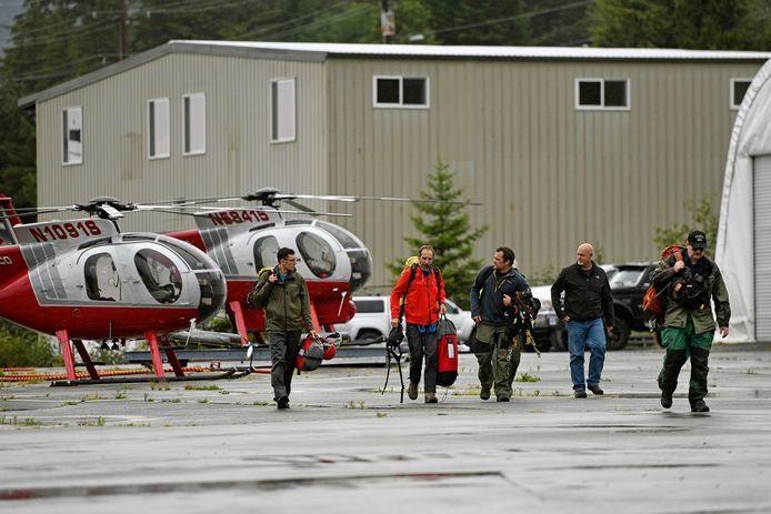 Ketchikan Volunteer Rescue Squad-personeel gaat op zoek naar de slachtoffers van de crash.