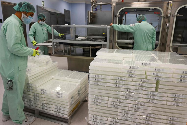 Italiaanse labmedewerkers verwerken een lading vaccinonderdelen. Beeld AFP