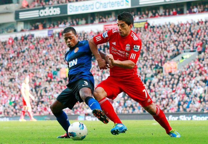 Luis Suarez (r) als speler van Liverpool in duel met Patrice Evra (Manchester United).