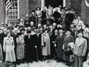 Eleanor Roosevelt, de weduwe van de Amerikaanse president Franklin D. Roosevelt, bracht in 1950 een bezoek aan Oud-Vossemeer. Ze staat in het midden op het bordes.