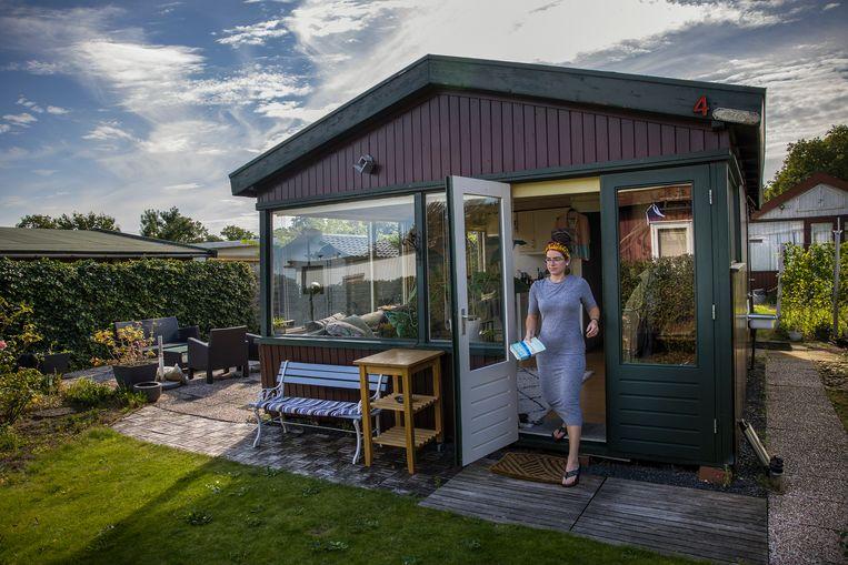 Yvonne van Vugt woont in een houten huisje op een vakantiepark in Oostvoorne. In Rotterdam kon zij geen woning krijgen. Beeld Arie Kievit