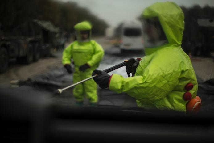 Op het defensiecomplex op Bedrijvenpark Twente wordt de ontsmetting geoefend.