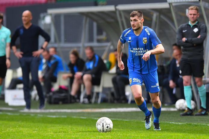 Matus Bero voor Vitesse in actie in het competitieduel met Fortuna Sittard.