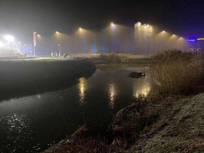 De tweede auto belandde na de botsing in de Hoge Vaart, waar duikers van de brandweer zochten naar slachtoffers.