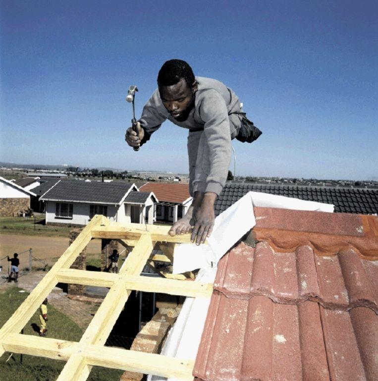 Er heerst bedrijvigheid op elke straathoek. Ondernemers van diverse pluimage ontdoen Mamelodi van het stigma dat townships geen toekomst hebben. (FOTO GUY STUBBS) Beeld