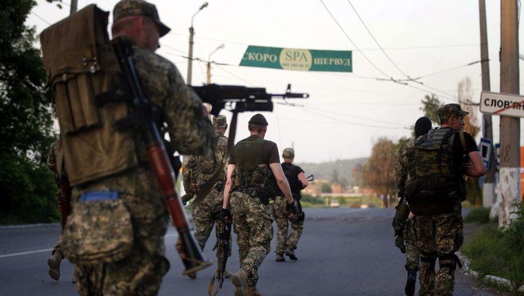 Gewapende pro-Russische seperatisten lopen de Oekraïense stad Slavjansk binnen. Beeld EPA