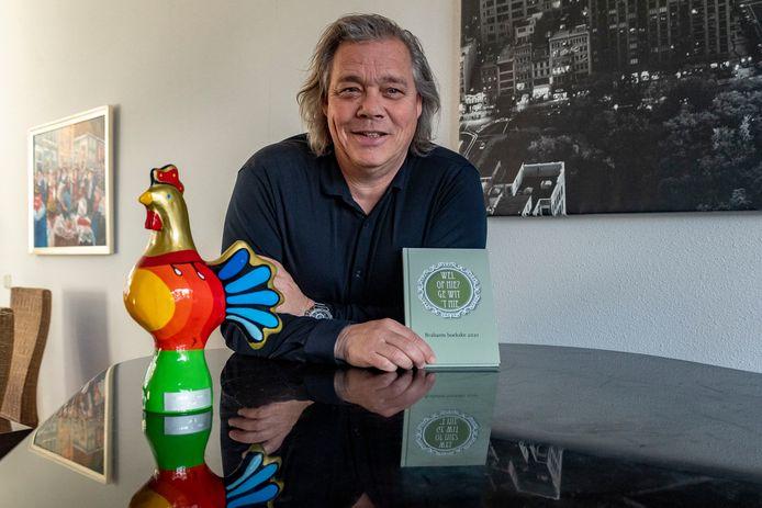 Roel Soffers uit Bergen op Zoom won de Willem Ivenprijs 2021. De haan hoort bij de prijs. In het Brabants Boekske staan alle inzendingen voor de schrijfwedstrijd.