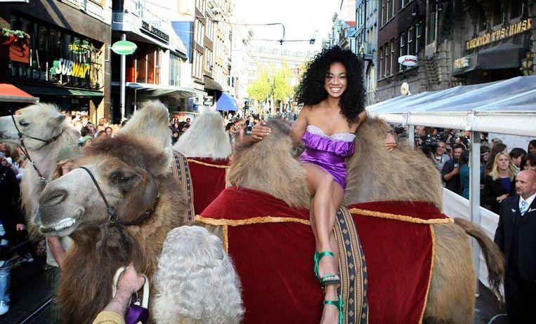 TMF-VJ Veronica van Hoogdalem arriveert op een kameel. Foto ANP<br /> Beeld