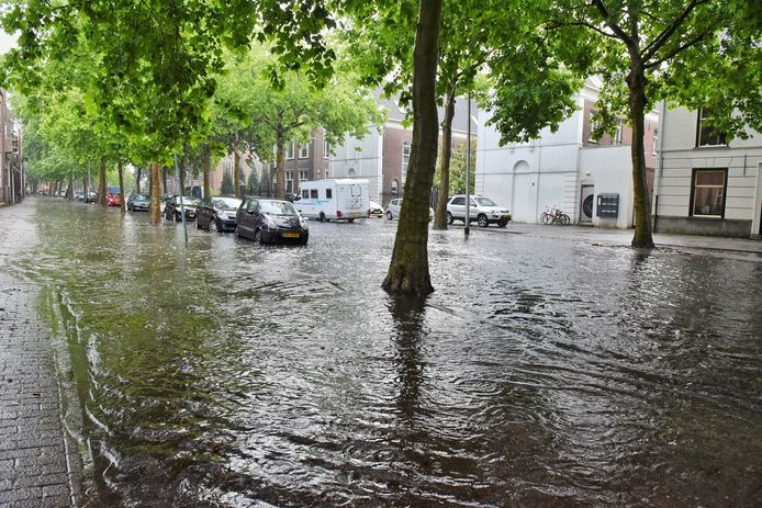 Wolkbreuk boven Tilburg zorgt voor ondergelopen straten.