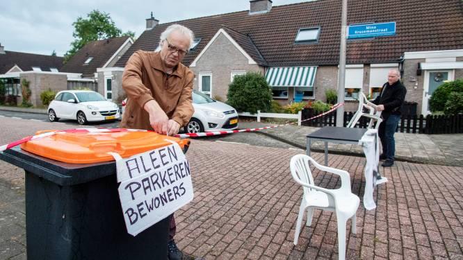 Enschedese bewoners die parkeeroverlast in hun straat helemaal zat zijn, geven nog niet op