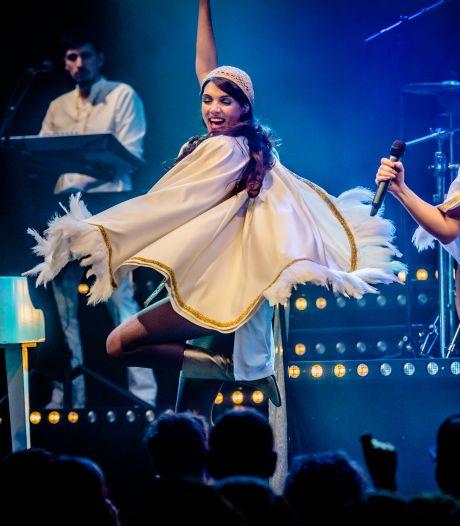 Kapster Simone Sweep verdient nu de kost als Agnetha, binnenkort op podium met blazers uit Loon op Zand