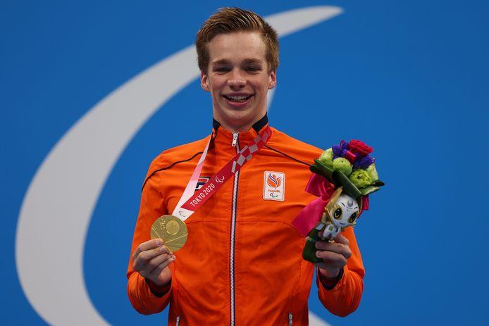 Rogier Dorsman toont trots zijn derde gouden medaille van de Paralympics in Tokio.