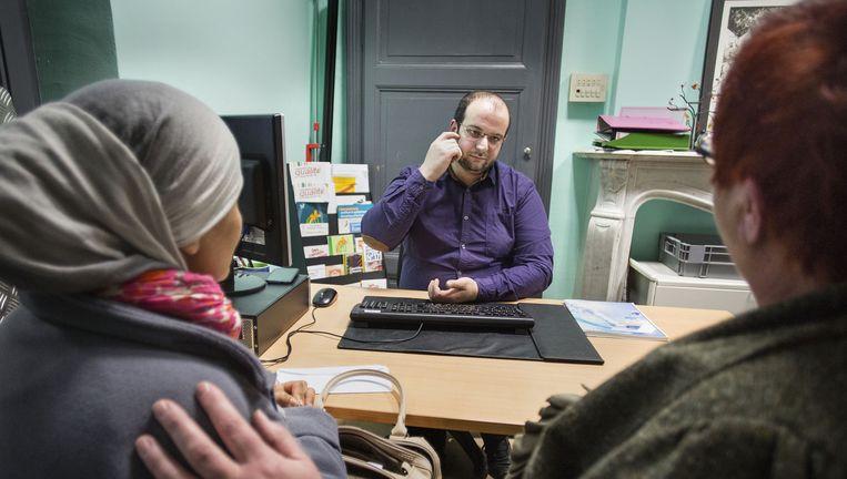 Mohammed Moussaoui luistert naar klanten: 'Kan ik geen brief schrijven aan de koningin?' Beeld Arie Kievit