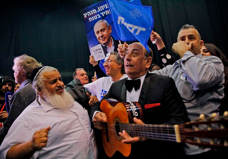 Aanhangers van Netanyahu's Likoed-partij in Tel Aviv na het sluiten van de stembussen. Beeld AFP