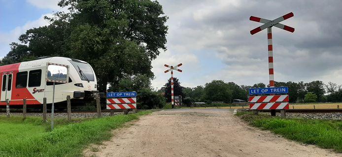 De nu nog openbare niet beveiligde overgang aan de Rietgerweg in Warnsveld. Omwonende Bert Visschers ziet het er geregeld bijna fout gaan met overstekende fietsers of voetgangers.