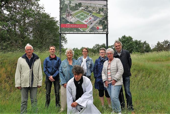 Mink de Vries in witte pij en zwarte stola op het terrein in Sibculo waar de herinnering aan klooster Galilea steeds verder tot leven wordt gewekt. De gemeenschap steunt dat streven.