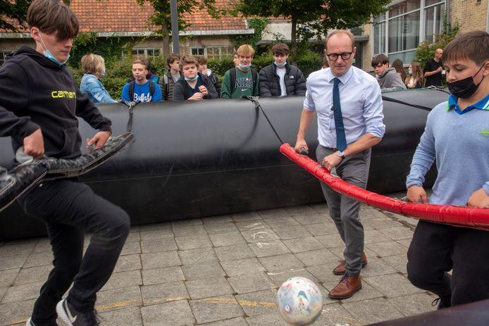 Minister Ben Weyts trapt een balletje mee op het festival van Tectura in Merelbeke.