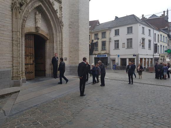 De eerste fans stromen toe aan de Sint-Martinusbasiliek om afscheid te nemen van Paul Severs.