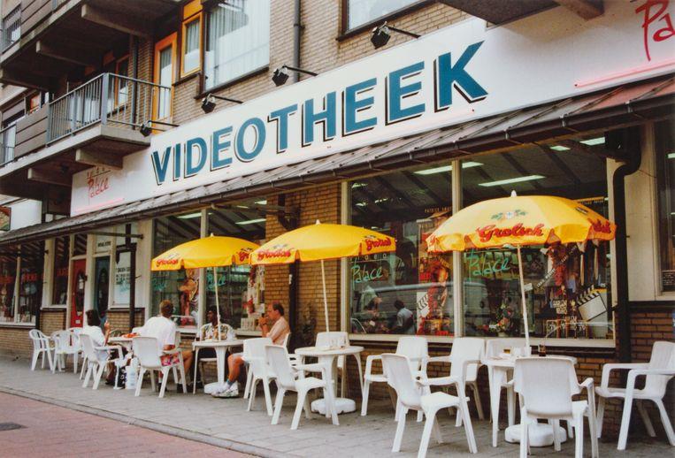 Video Palace, Jonker Fransstraat 26-28  Beeld John de Bondt, 1990 / Coll. Emilio Vadillo Fuentes, uit het boek Home Video van Gyz La Rivière