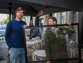 """Antwerpse horeca-ondernemers investeerden 6.000 euro in plexi-schermen: """"Nu droppen ze deze bom aan vooravond heropening, schandalig"""""""