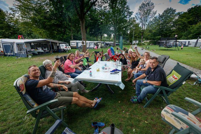 Gezelligheid en drukte op de camping van Bosbad Hoeven. Zo wil de gemeente Halderberge dat op termijn voor het hele recreatiegebied.