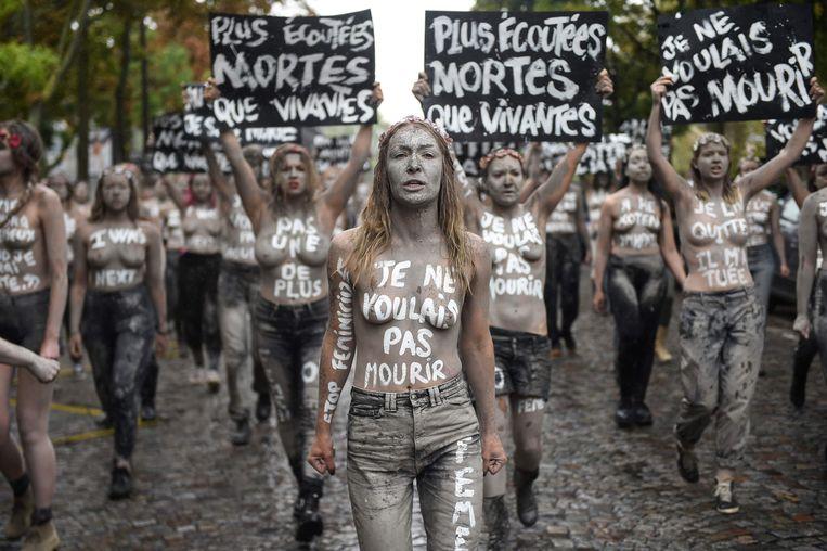 Inna Shevchenko met andere Femen-activistes in Parijs, tijdens een actie tegen partnergeweld.  Beeld AFP