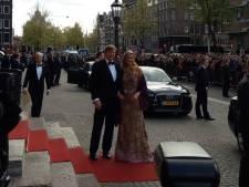 Koning en koningin komen aan bij het Koningsdiner