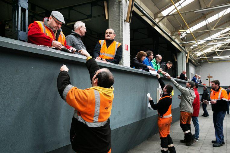 'Het kot' in de haven van Antwerpen, waar havenarbeiders verzamelen blazen.  Beeld Tim Dirven