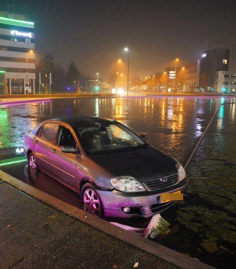 Man belandt met zijn auto in vijver van Nijmeegs verkeersplein