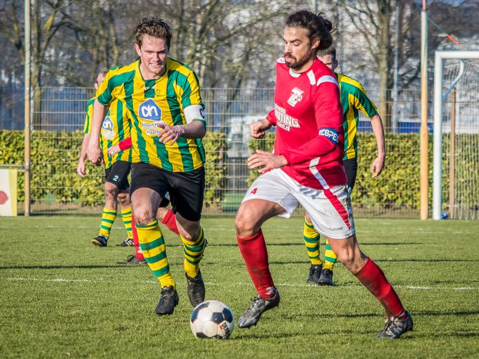 Voetbalwedstrijd 't Zand-Nemelaer. Van Hooft (Lâęt Zand) achtervold door Luuk Vermeer (L Nemelaer).