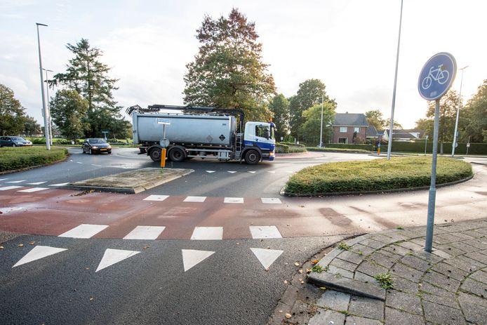 De rotondes in de druk bereden Rijssensestraat zijn relatief veilig voor fietsers. De gemeente Hellendoorn verwacht geen extra problemen als de uitbreiding van de christelijke scholengemeenschap Reggesteyn in Nijverdal gereed is.