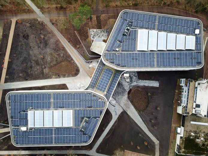 Vanuit de lucht is de vorm van het nieuwe Maria Montessorigebouw mooi te zien. Zo ook de honderden zonnepanelen.