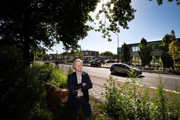 Bouwwethouder Marc Jeucken staat hier bij de Mierloseweg. Aan de overkant het gebied Bleekvelden, een van de woningbouwlocaties in Geldrop.