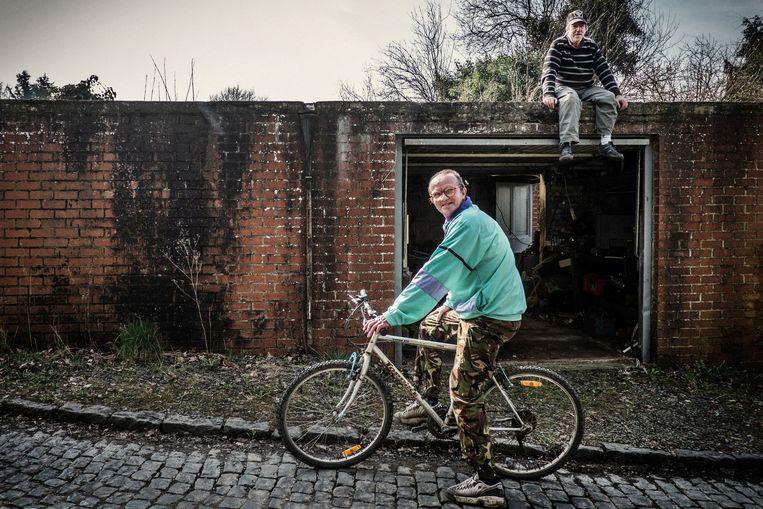 Daniël en Luc (op de bike) uit het dorpje Roisin zijn beiden vruchteloos op zoek naar werk.