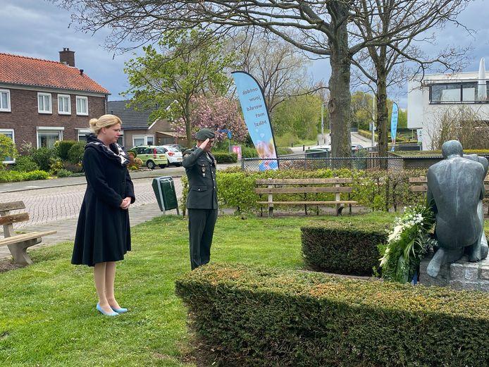 Burgemeester Willemijn van Hees en veteraan Remon den Dulk, tijdens de sobere Dodenherdeking bij het monument in Vlijmen.