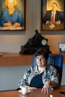 Voorgangers Hanja Maij-Weggen en Wim van de Donk kijken over de schouder mee van Ina Adema, commissaris van de Koning in Brabant.
