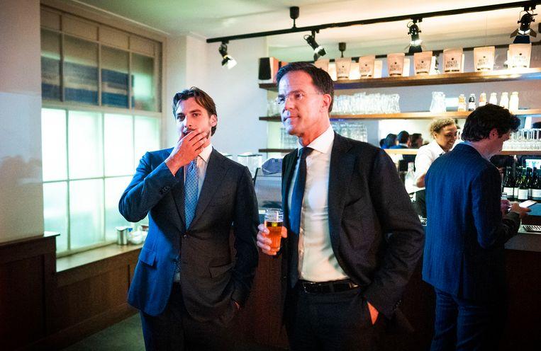 AMSTERDAM - Thierry Baudet (FvD) en VVD-leider Mark Rutte na afloop van hun debat  aan de vooravond van de Europese verkiezingen in 2019.  Beeld Freek van den Bergh