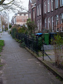 De Van Oldenbarneveldtstraat in Arnhem op de plek waar in 1944 de groep uitgeputte Britse soldaten werd gefotografeerd. Beeld van de straat ruim 75 jaar later.