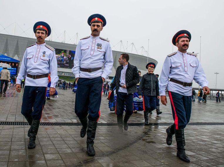 Een groep Don-Kozakken loopt rond bij het voetbalstadion in Rostov aan de Don. Beeld Mladen Antonov / AFP