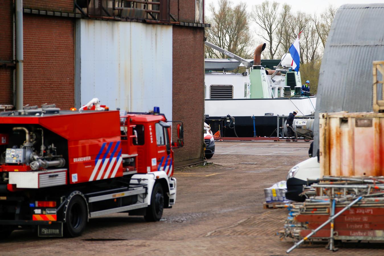 De brandweer rukte uit naar de Rivierdijk in Hardinxveld-Giessendam voor brand aan boord van een binnenvaartschip.