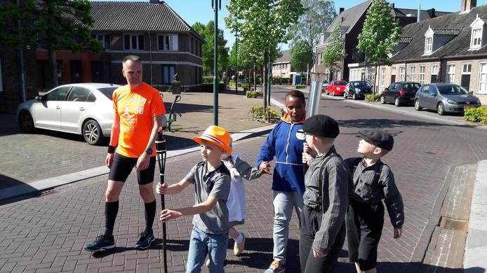 Nelli Cooman loopt met het bevrijdingsvuur samen met kinderen door Lieshout.