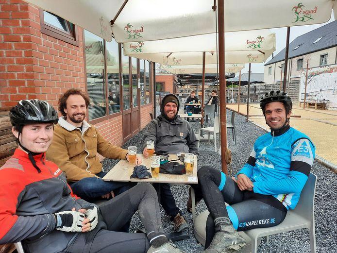 Dempsey Voet (33) uit Stasegem was vanmorgen de allereerste klant op het terras van De Trukendoos. Hij kreeg al snel gezelschap van enkele vrienden.