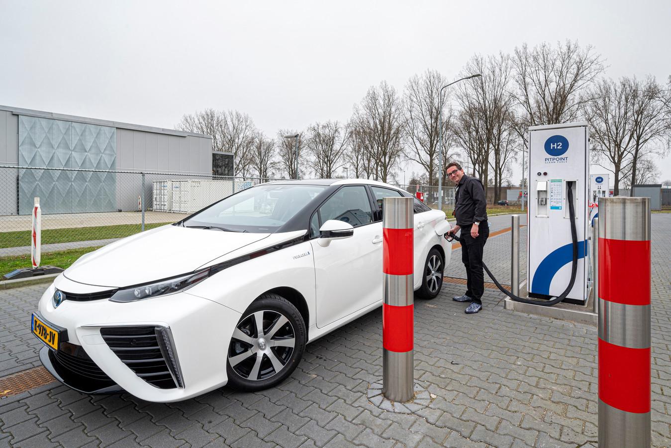 Guido Schleijpen tankt waterstof in Arnhem.