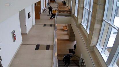 Gehandboeide beklaagde ontsnapt uit rechtszaal en springt de diepte in