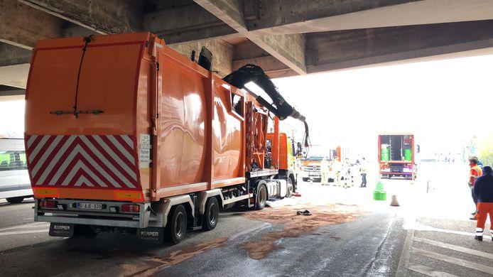 Een wagen van Stadsreiniging zorgde voor heel wat schade aan de brug.