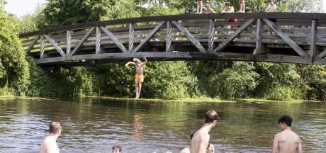 Verbod of niet, gesprongen wordt er toch van de Reggebrug bij Hellendoorn