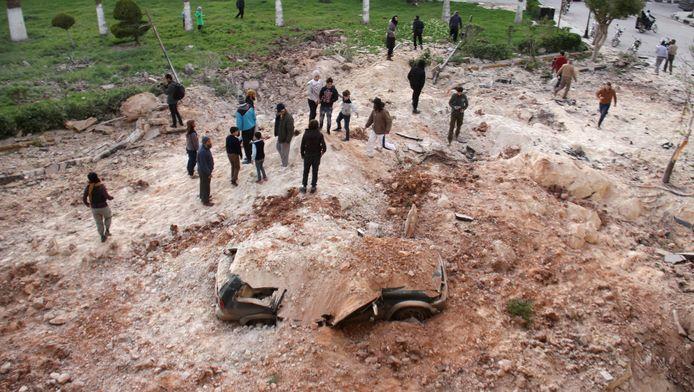 Syriërs nabij Idlib na een luchtaanval op 10 april.